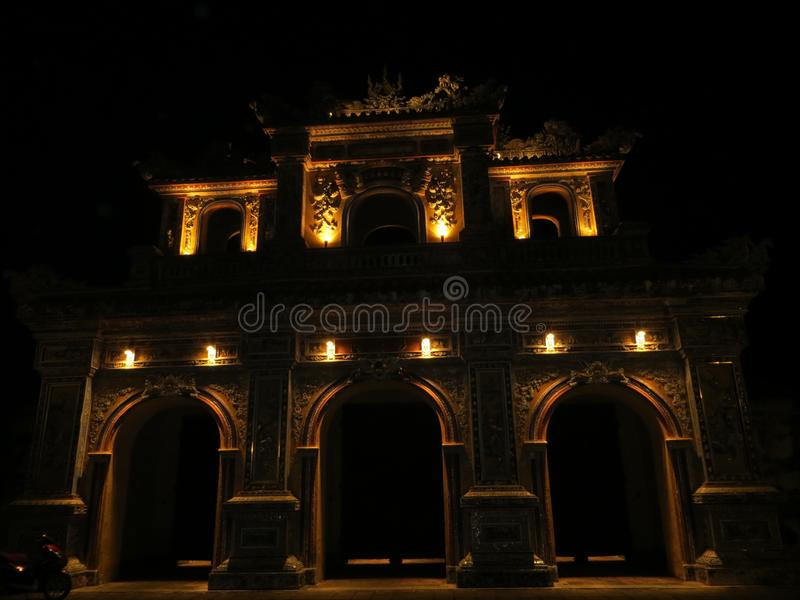 Tor Hien Nhon nachts stockfotografie