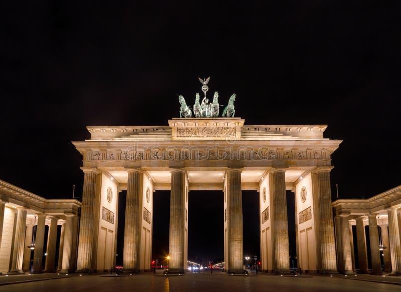Tor neoclásico de Brandenburger de la puerta de Brandeburgo en la noche Pariser Platz Mitte Berlin Germany imagen de archivo