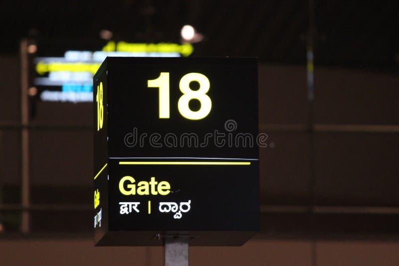 Tor Nr. 18 am Flughafen lizenzfreie stockfotos