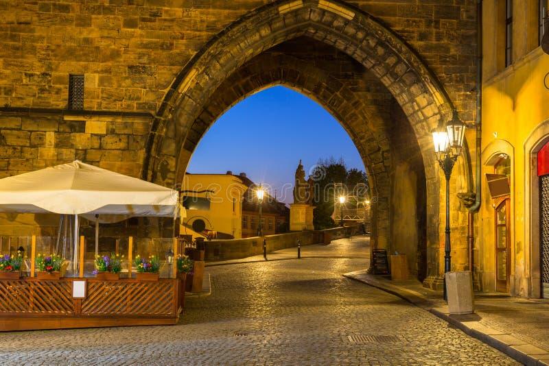 Tor zur Charles-Brücke in Prag nachts, Tschechische Republik lizenzfreie stockfotografie