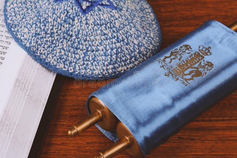Torah με πλεκτός kippah στοκ εικόνες με δικαίωμα ελεύθερης χρήσης