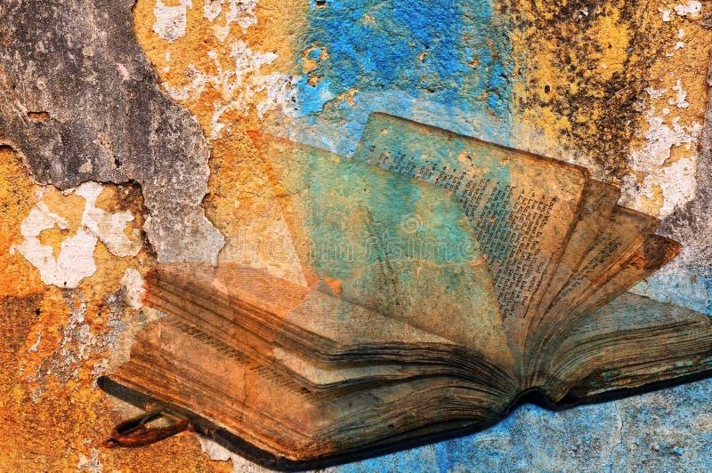 Torah antiguo sobre el muro de cemento agrietado de la pintura fotografía de archivo