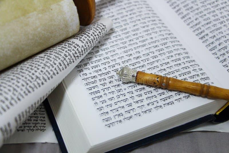 Torah, bibeln, pergament och sönerna har gått tillbaka fotografering för bildbyråer