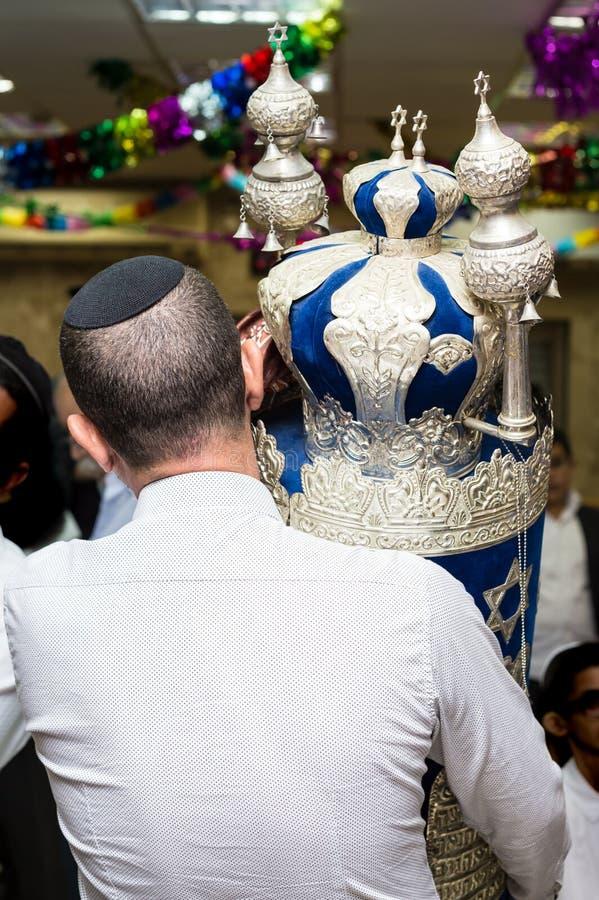Torah-biblia de Efer En Simchat Torah el día de fiesta judío pasado Sukkot fotos de archivo