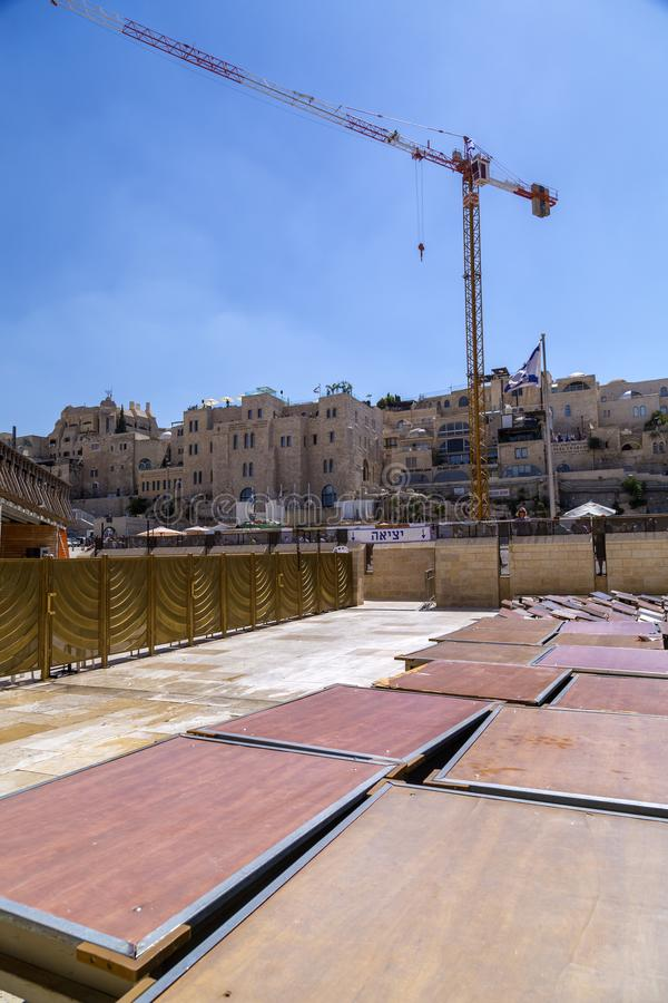 Torah de visita e de leitura dos povos em torno da parede ocidental em Jer fotografia de stock