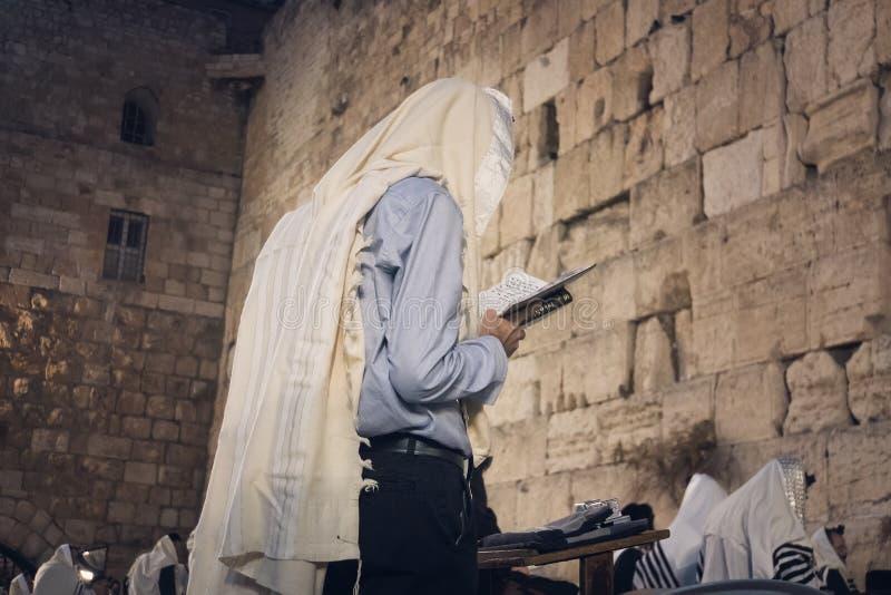 Torah op de lijst voor de loeiende muur in de oude stad van Jeruzalem Israël stock foto