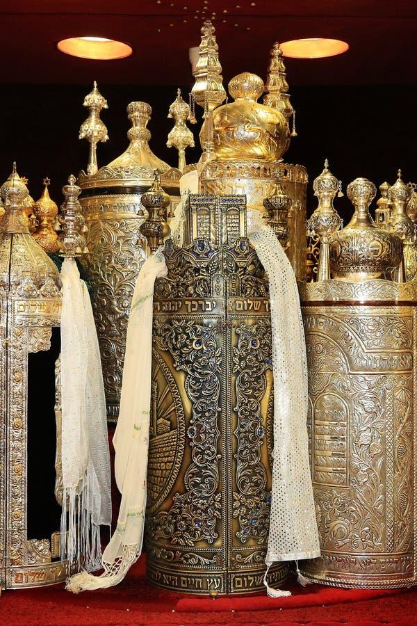 Torah snirklar i synagogan royaltyfri foto