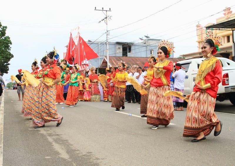 从Toraja -苏拉威西岛Selatan的跳舞妇女 库存图片