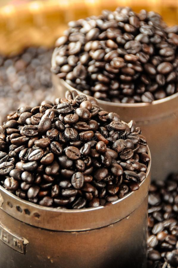Toraja kaffe som säljs i den Makassar marknaden royaltyfria foton