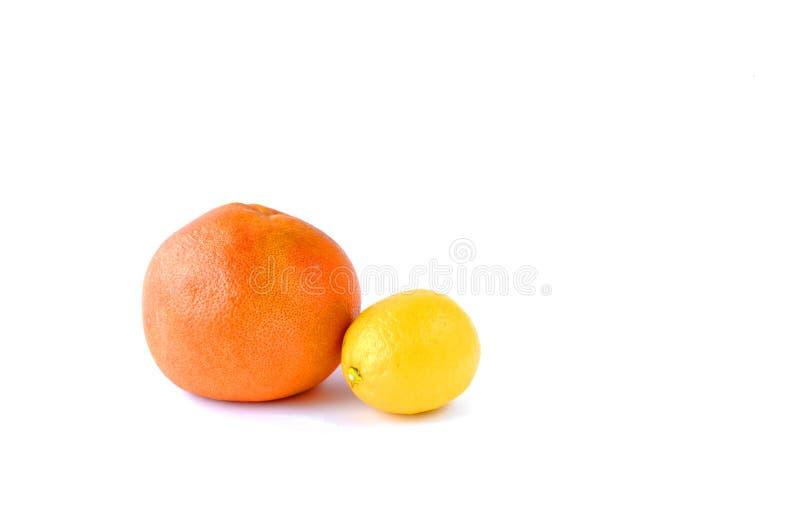 Toranja e limão na tabela em um fundo branco imagens de stock royalty free