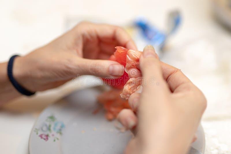 Toranja saboroso preparada para comer As mãos e as citrinas das mulheres foto de stock