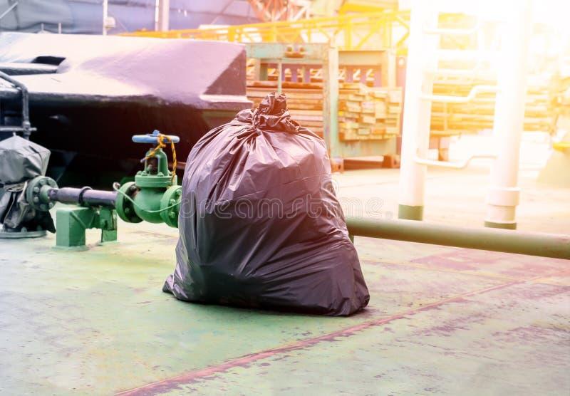 Torba na śmiecie na podłodze ładunku pokładu statek fotografia stock