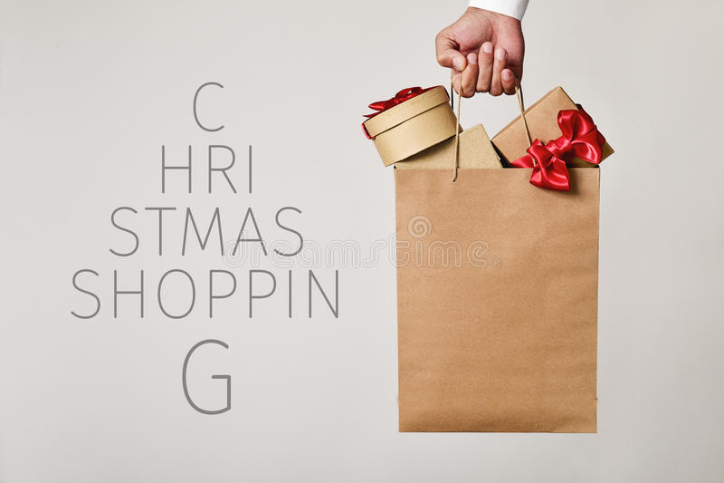 Torba na zakupy z prezentów i tekstów bożych narodzeń robić zakupy zdjęcia stock