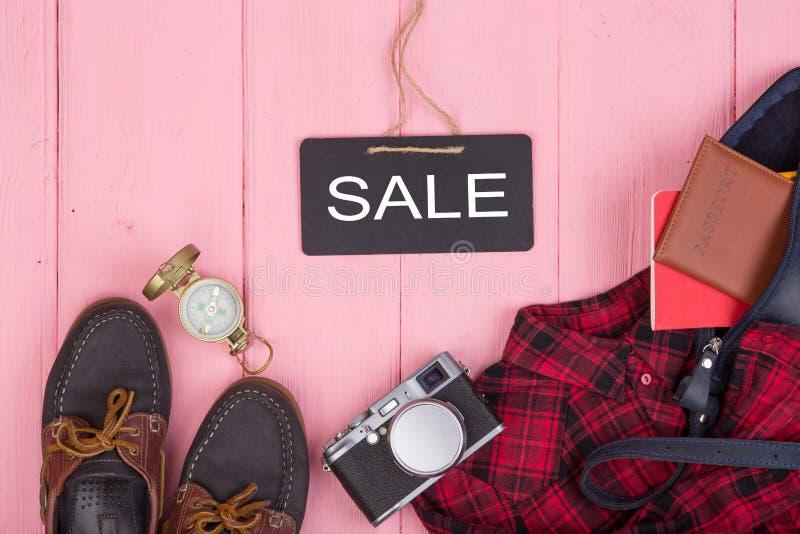 torba, paszport, kamera, kompas, buty, koszula, nutowy ochraniacz i blackboard z, tekstem & x22; Sale& x22; zdjęcia stock