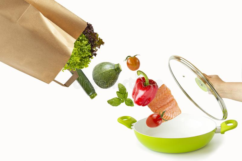 Torba spada jedzenie w niecce Odosobneni przedmioty na bielu obraz royalty free