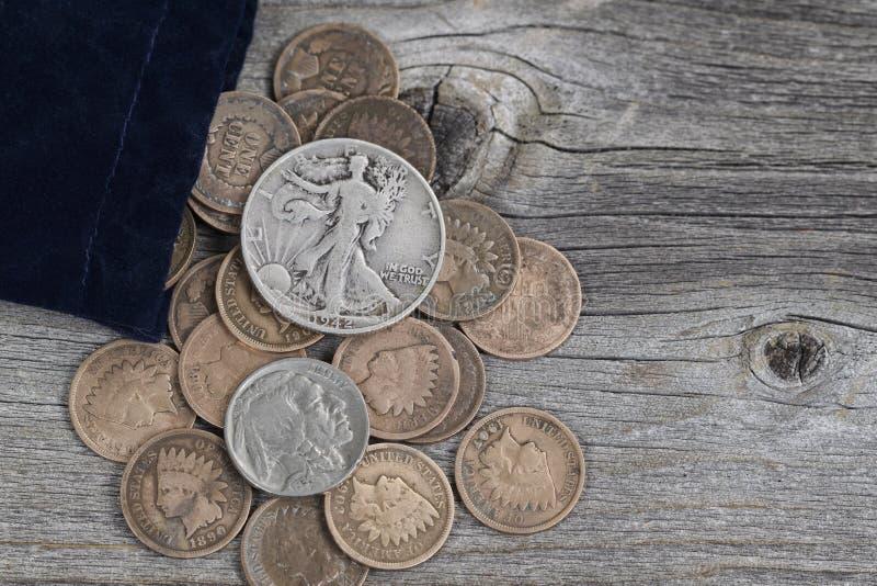 Torba Stany Zjednoczone Rzadkie monety na drewnie zdjęcie stock
