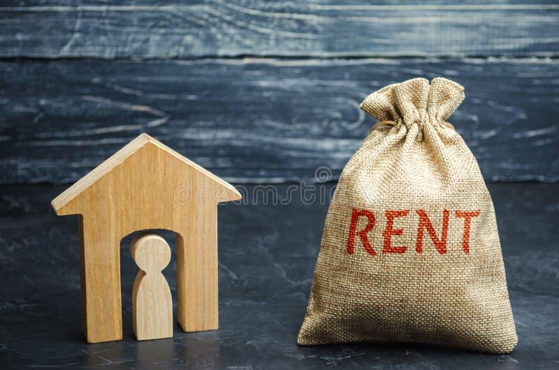 Torba z, dom z dzierźawcą wśrodku i Akumulacja pieniądze płacić do wynajęcia budynek mieszkalny wynajem zdjęcia royalty free