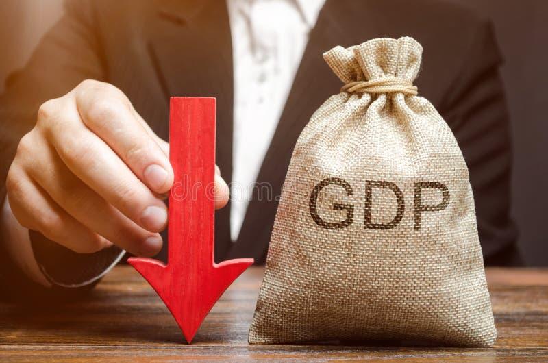 Torba z słowem GDP i puszek strzała w rękach biznesmen Obniża i zmniejszanie GDP - niepowodzenie i awaria zdjęcia royalty free