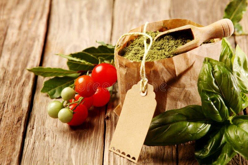 Torba Zmielone pikantność w Papierowej torbie z Świeżymi ziele zdjęcie stock