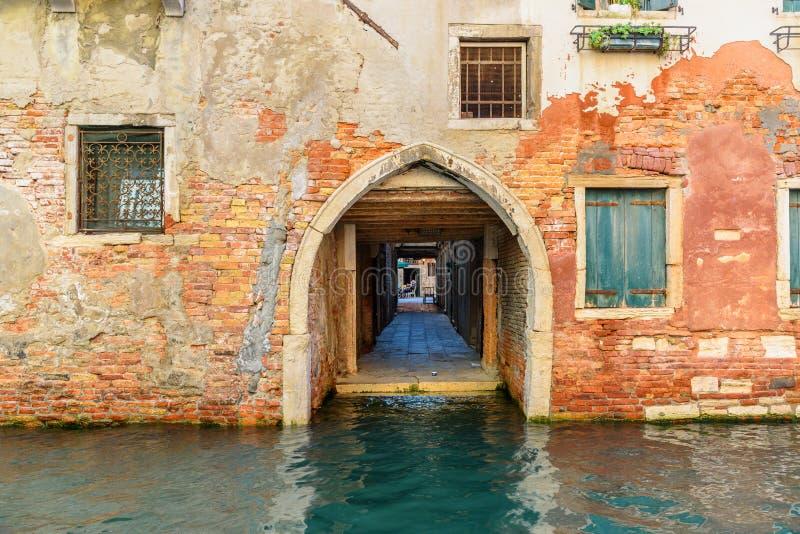 Torbogen auf Kanal Rio di San Falice Venedig Italien stockbild