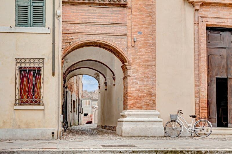 Torbogen in Comacchio, Italien stockfoto