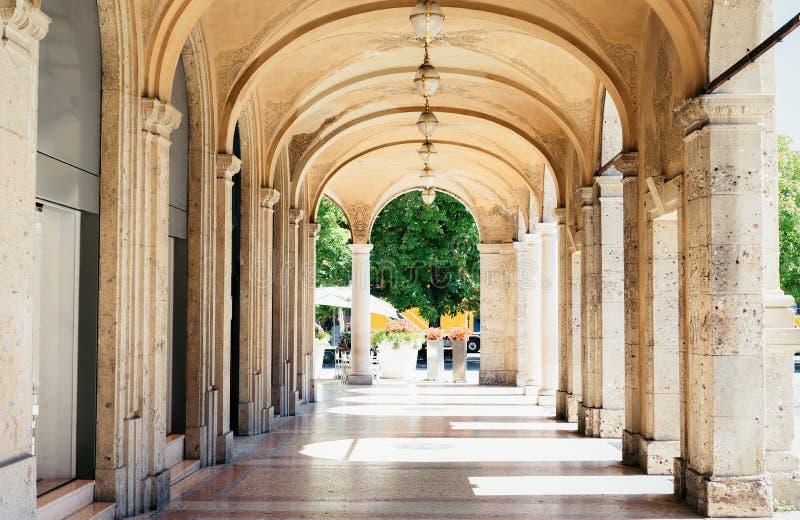 Torbogen des historischen Gebäudes in der unteren Stadt in Bergamo Italien lizenzfreie stockbilder