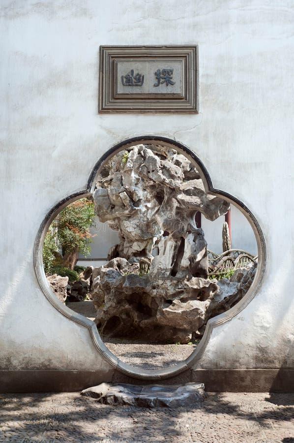 Torbogen des traditionellen Chinesen bei Lion Grove Garden, Suzhou, Ch lizenzfreie stockfotos