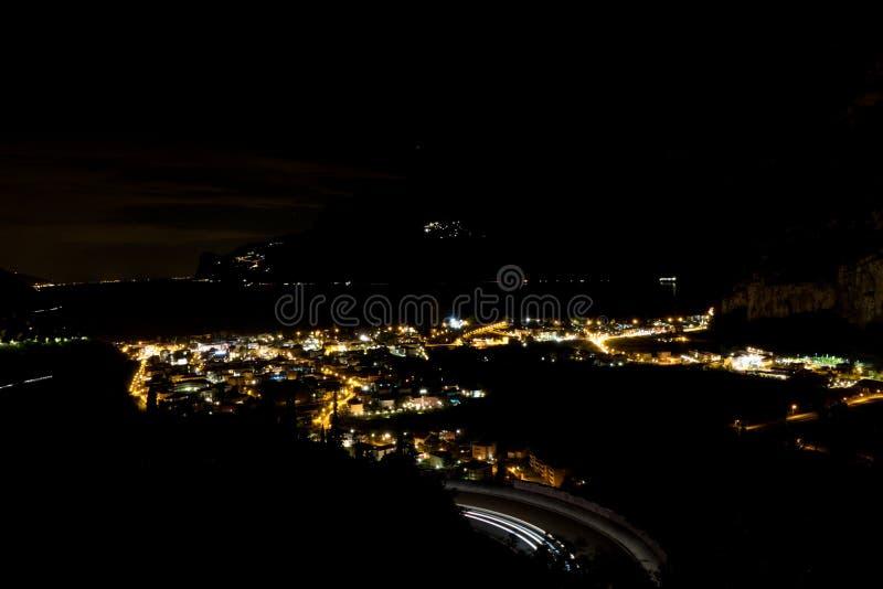 torbole夜全景在lago di garda的 库存图片