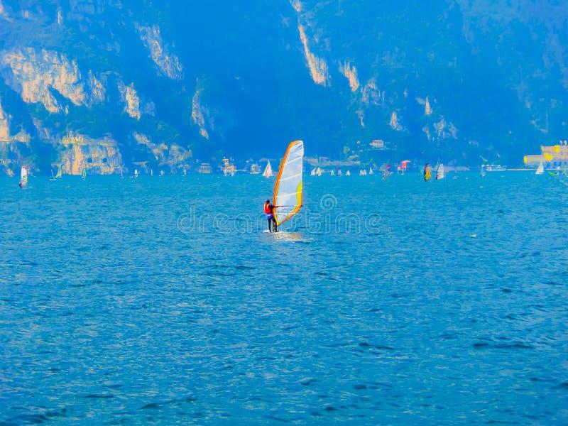 Torbole -一风帆冲浪在加尔达湖在Torbole 免版税库存照片