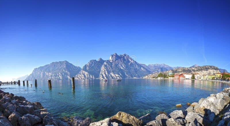 从Torbole (特伦托自治省-意大利)的加尔达湖视图 免版税库存照片