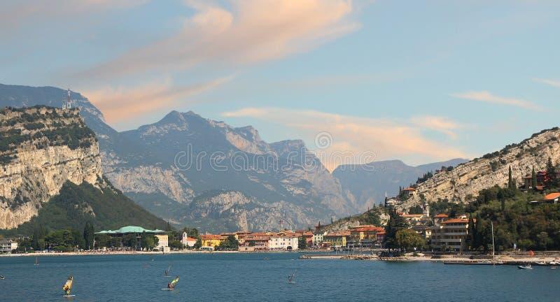 Torbole-Dorf in der Morgenstimmung lizenzfreies stockbild