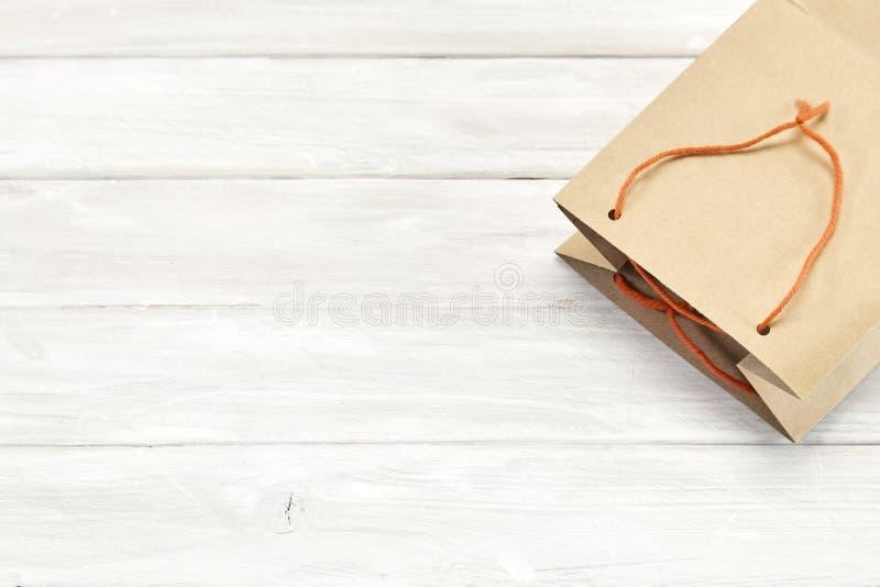 torby brązu niespodzianki papierowy prezent na biały drewnianym fotografia royalty free