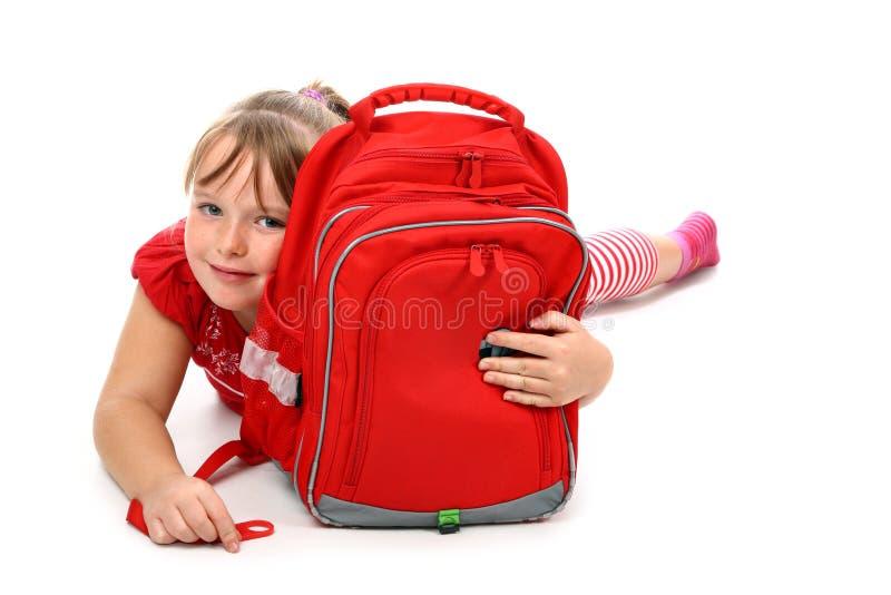 torby dziewczyny szczęśliwy przytulenie odizolowywający szkolny biel fotografia stock