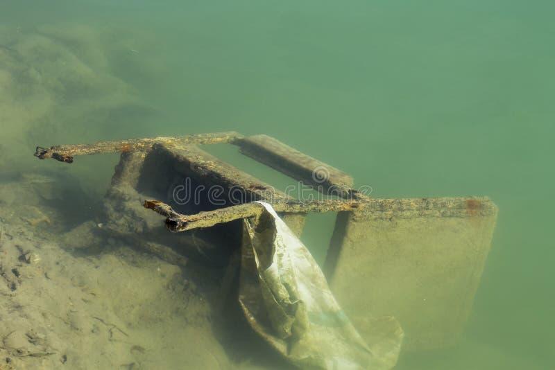 Torby krzesło w jeziorze zdjęcia royalty free