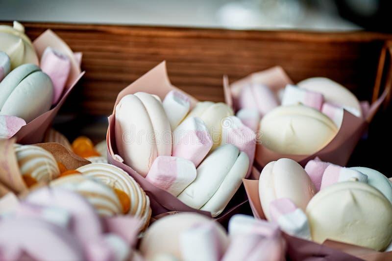 Torby marshmallows, prezenty, komplementy goście przy ślubem lub dzieci urodzinowi, obraz stock