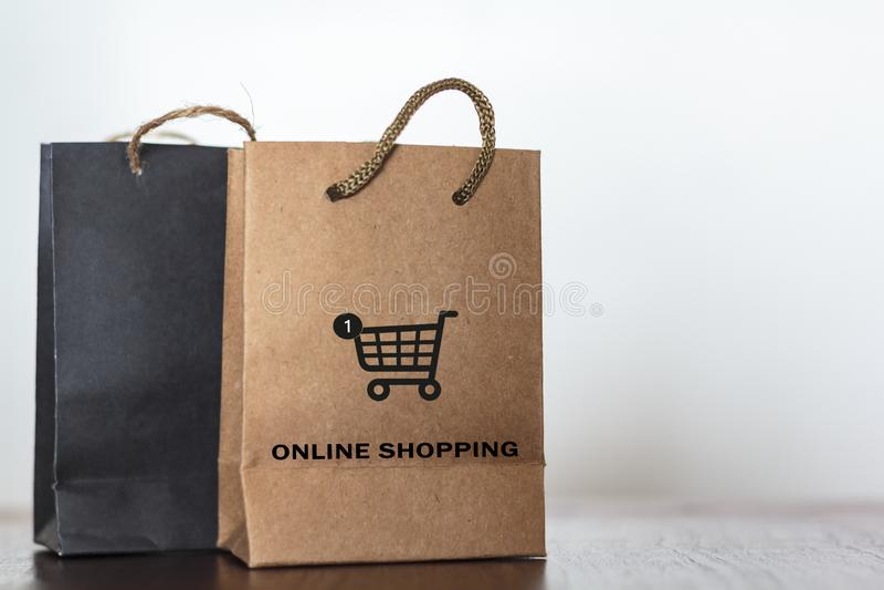 Torby na zakupy z fury kopii i ikony przestrzenią Handlowy biznes, sprzedaż detaliczna i online zakupy pojęcie, fotografia royalty free