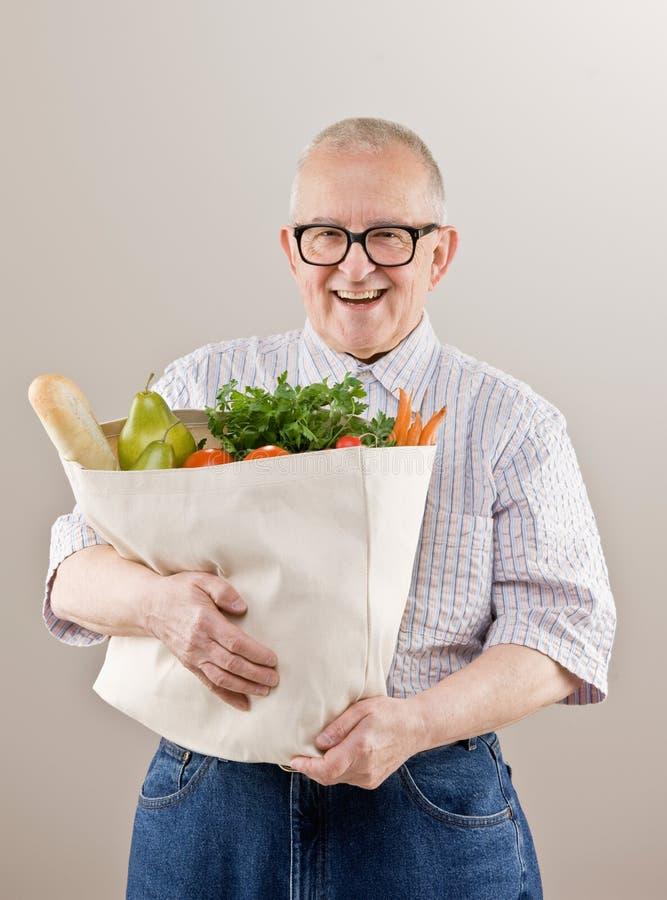 torby owoc sklep spożywczy mienia mężczyzna warzywa obraz royalty free