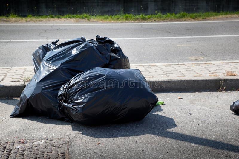 Torby pełno śmieci w białym tle zdjęcia royalty free