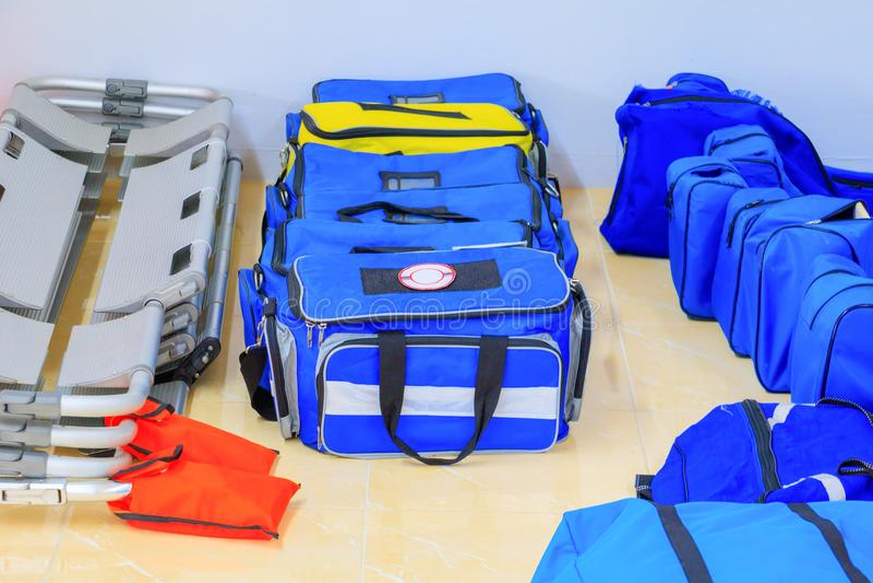 Torby pierwszej pomocy zestawu błękit dla asysta pacjenta w nagłego wypadku ratuneku sytuaci fotografia stock