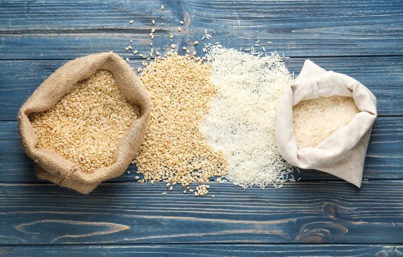 Torby ryż na drewnianym obraz stock