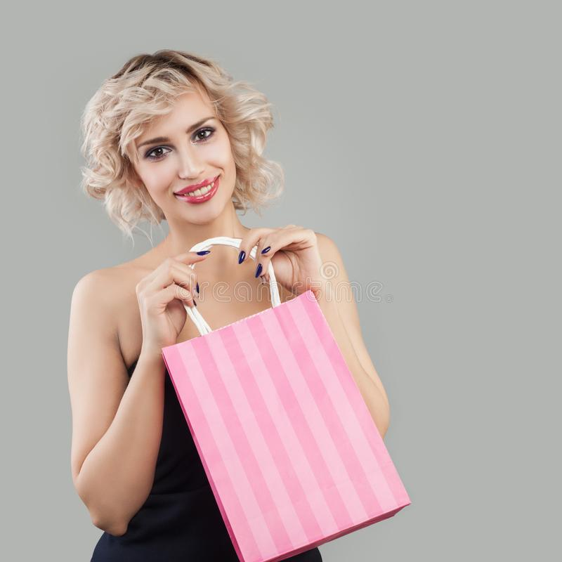 torby target1620_1_ u?miechni?tej kobiety Szcz??liwy model z makeup i blondynka w?osy obrazy stock