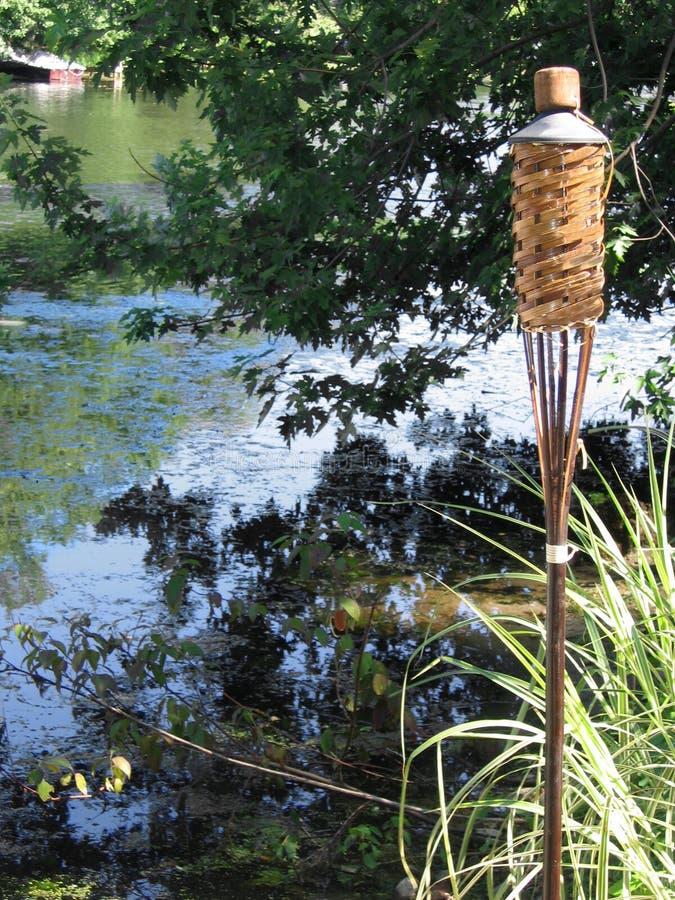 Torche de Tiki sur le lac photos libres de droits