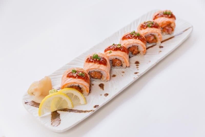 Torched Salmon крен Maki с сырцовыми семгами внутри отбензинивания с соусом и белым сезамом Послуженный с лимоном куска Wasabi и  стоковая фотография rf