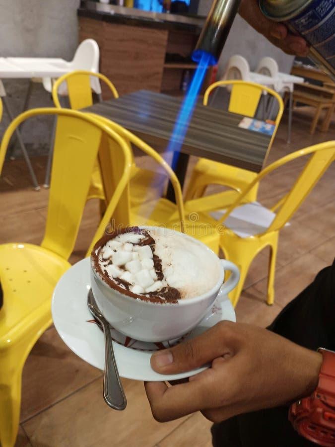 Torching в зефир в чашке горячий шоколад и искусство еды Torching в зефир в чашке горячий шоколад и еды, стоковое фото