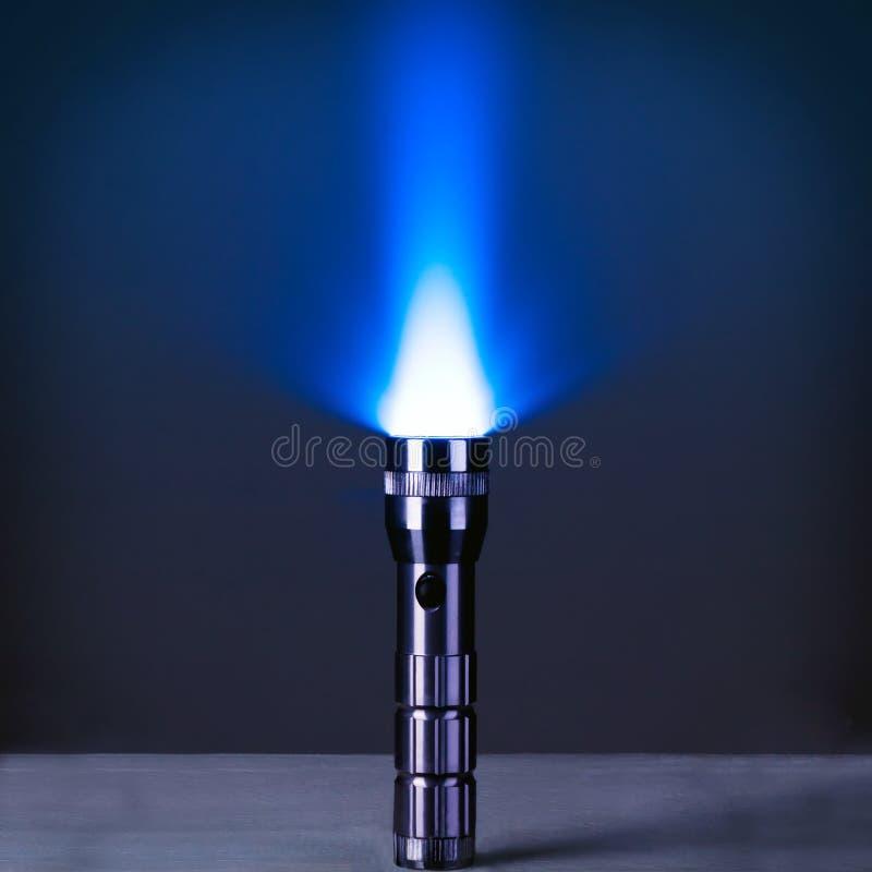 Torcia elettrica del LED con un raggio luminoso immagine stock