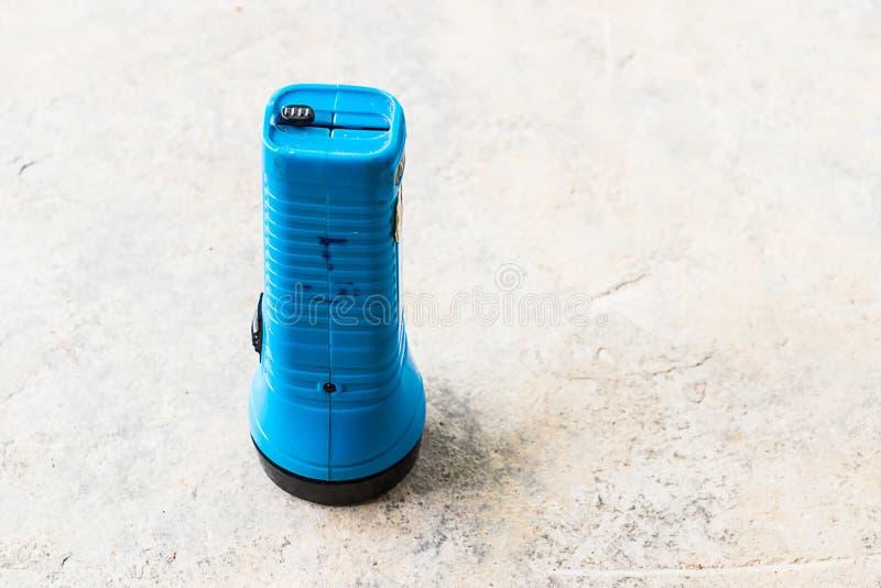 Torcia elettrica sul pavimento fotografia stock libera da diritti