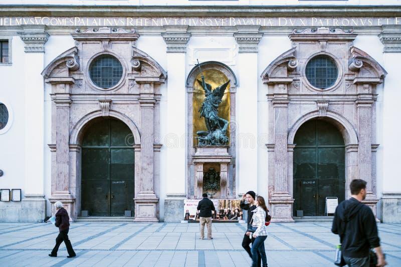 Tore der ehemaligen Jesuitkirche von St Michael in München stockbilder