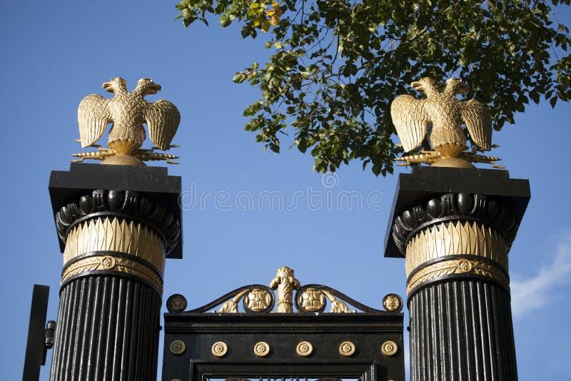 Tore mit goldenem doppelköpfigem Adler stockfotos