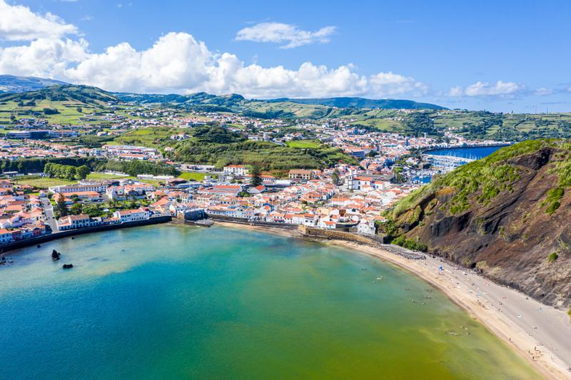 Tore Portao, idyllischer Strand Praia und azurblauer Türkis Baia tun Porto Pim, Horta-Stadt, Faial-Insel, Azoren, Portugal stockbild