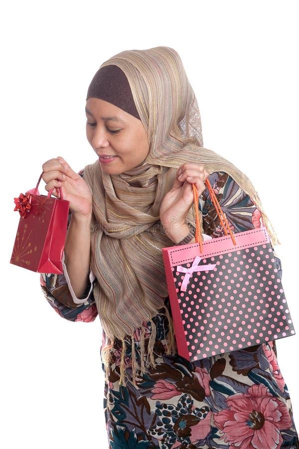 toreb jaskrawy barwiona muzułmańska zakupy kobieta obraz royalty free